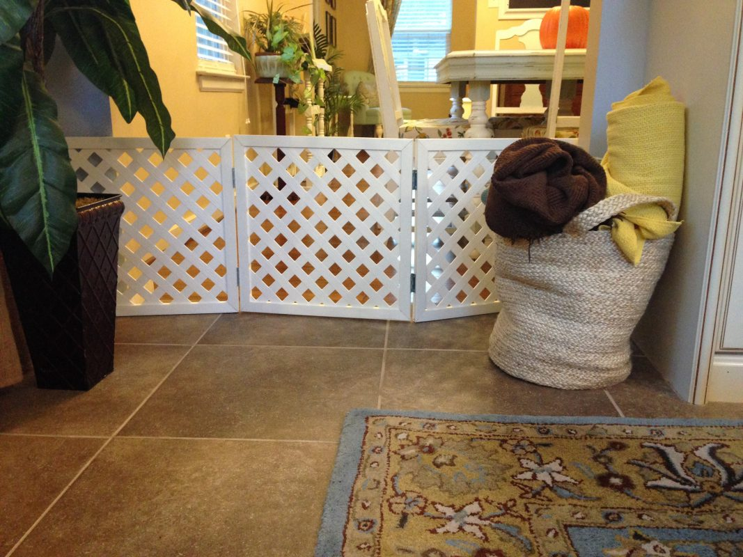 플라스틱 래티스로 만든 강아지 울타리