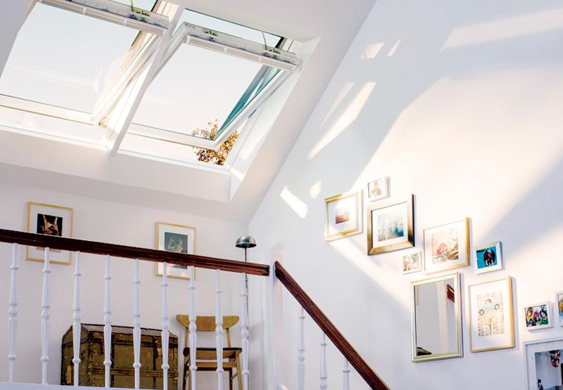 벨룩스 지붕창 전동형 모델 인테그라 적용 다락방 실내 사진